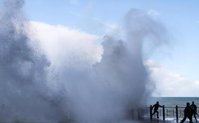 El riesgo de 'Ana' en Gipuzkoa pasa al mar aunque la alerta se rebaja de naranja a amarilla