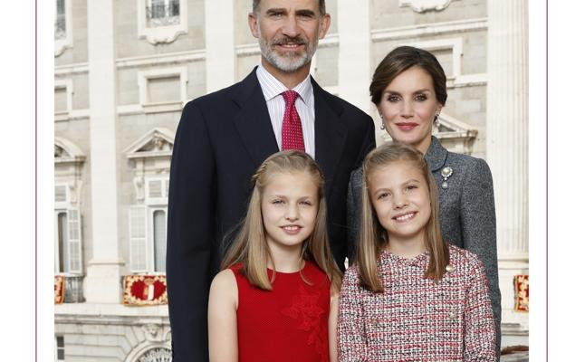 Los Reyes posan con sus hijas para felicitar la Navidad