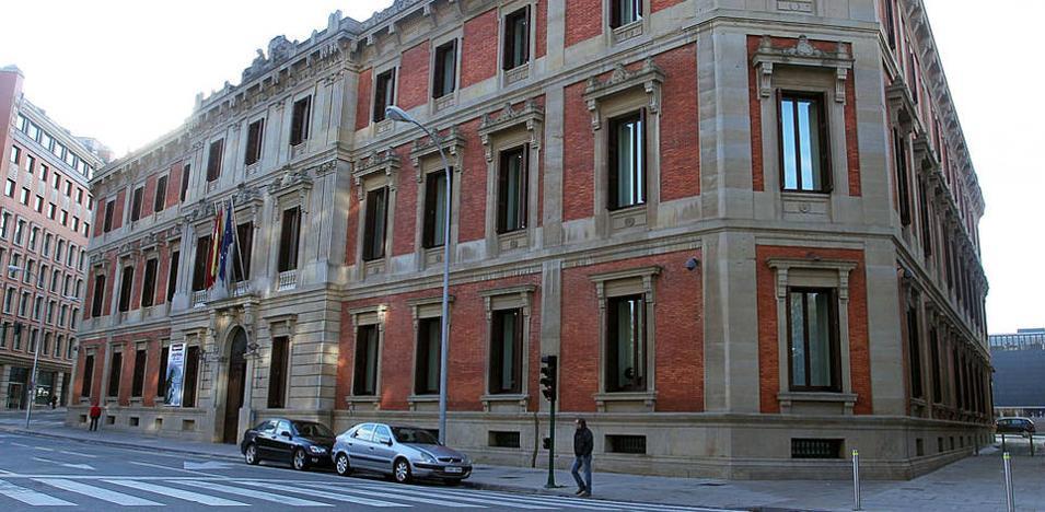 El Parlamento navarro, con la abstención de EH Bildu, rechaza los homenajes a miembros de ETA