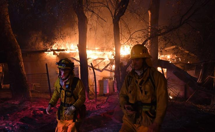 El fuego sigue devorando California
