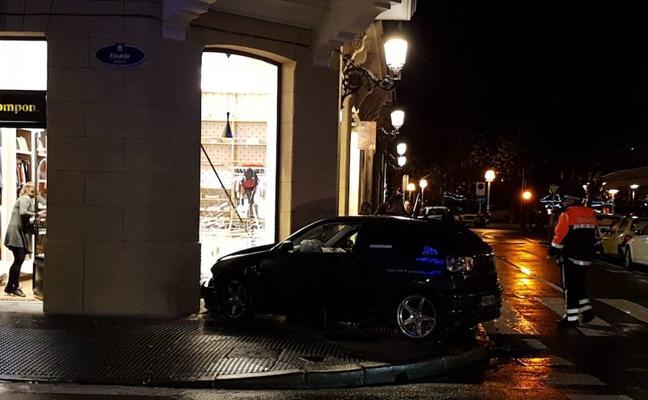 Empotra el coche contra una tienda de ropa infantil en Donostia