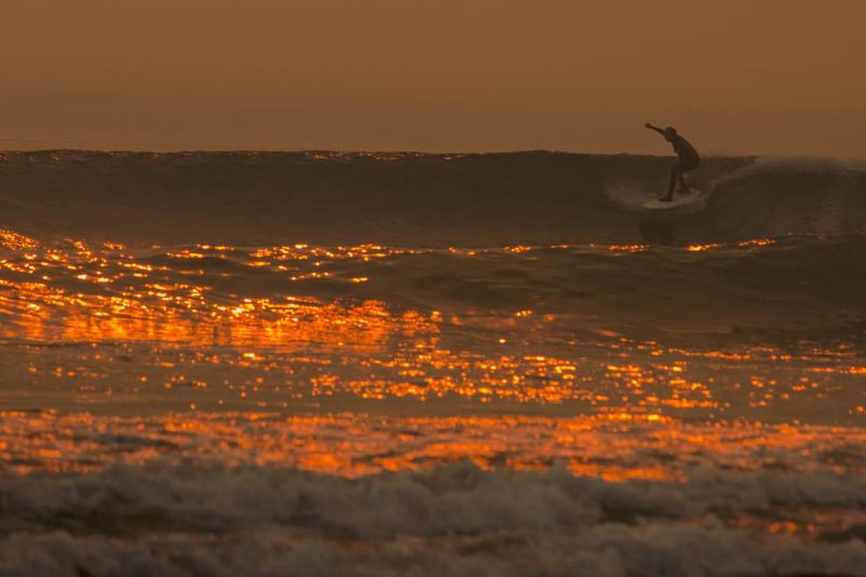 Surfear con el humo de los incendios de California