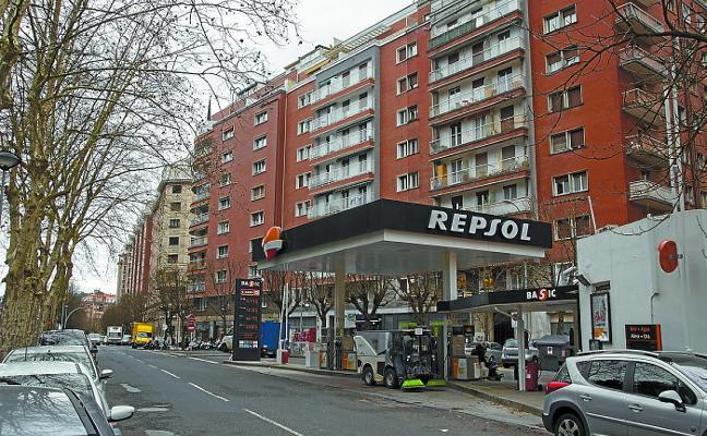 Once de las trece gasolineras de Donostia obtienen la licencia para seguir operando