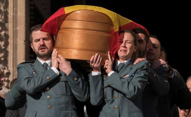 Aplausos y lágrimas para despedir a los guardias civiles asesinados en Teruel