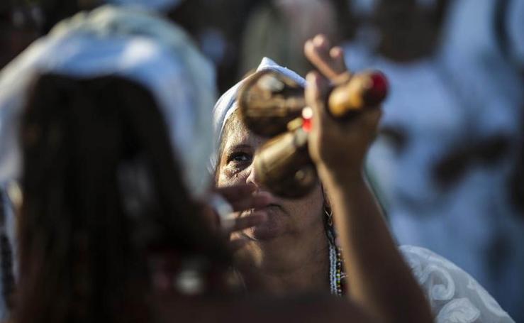 Los fieles de Iemanjá cumplen su cita con la diosa del mar en Río
