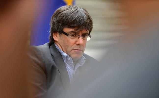 Puigdemont acusa a Sáenz de Santamaría de «pasarse por el forro» la separación de poderes