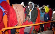 Rescatadas 64 personas, tres embarazadas, de dos pateras en el mar de Alborán