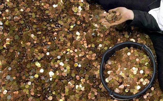 Un empleado de banca lleva seis meses contando a mano 1,2 millones de monedas de una herencia