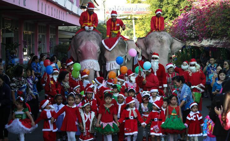 Elefantes, maestros y estudiantes celebran la Navidad