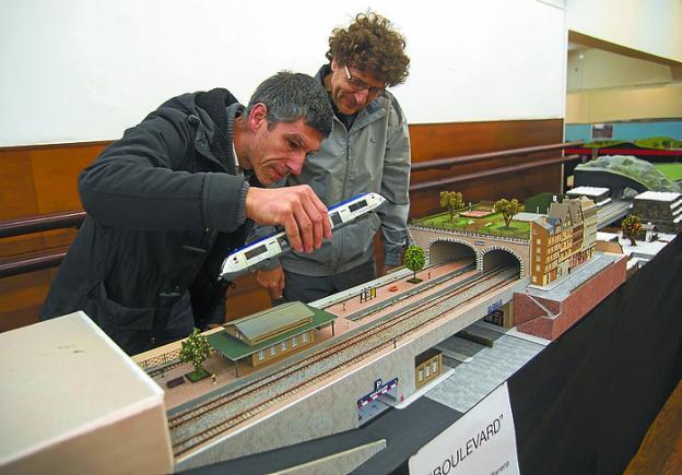 Al detalle. Patxi Fernández de Barrena y José Félix Colado, junto a una de las maquetas de la exposición del Amaia. /  F. DE LA HERA