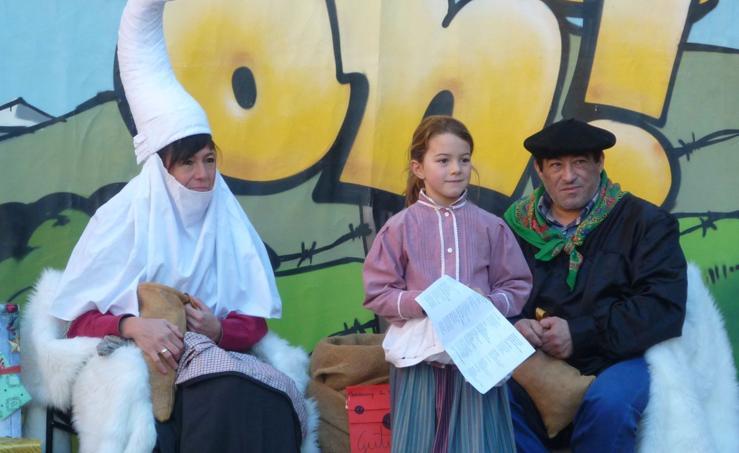 Olentzero y Mari Domingi llegan a Pasaia
