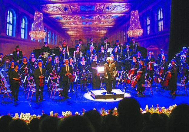 La Orquesta Luis Mariano, dirigida por José Antonio Irastorza, en el concierto del pasado año. / DE LA HERA