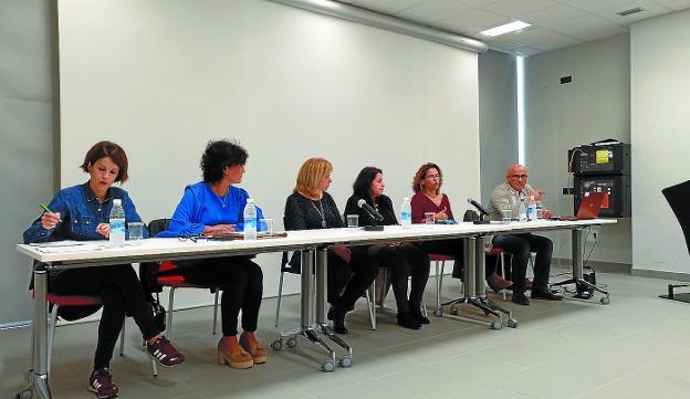 Alquileres. Ayuntamiento, Adiskidetuak, Acubi y Agentes de la Propiedad estuvieron en octubre en Palmera-Montero para aclarar dudas sobre los cambios legislativos en los arrendamientos. /F. DE LA HERA