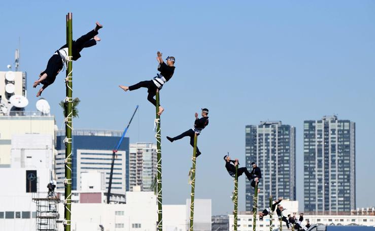 Los bomberos de Tokio muestran sus habilidades de equilibrio