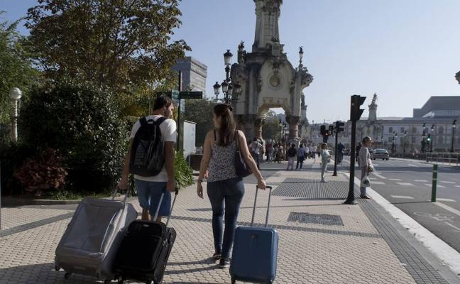 El alto número de alegaciones retrasa la aprobación de la ordenanza de pisos turísticos de San Sebastián