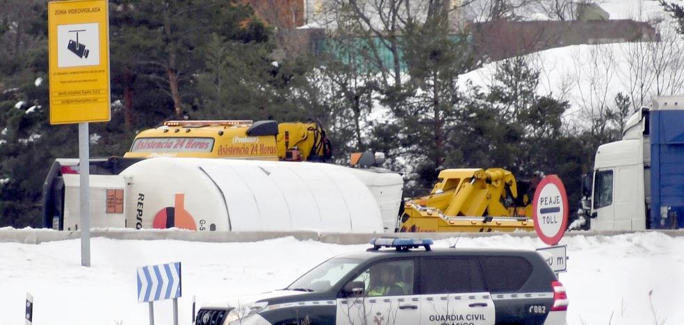 Cortada la AP-6 por el accidente de un camión con gas propano