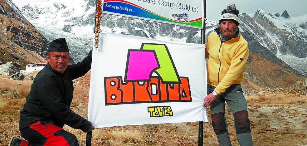 Javier Gallo lleva la bandera del grupo Burdina hasta el Annapurna