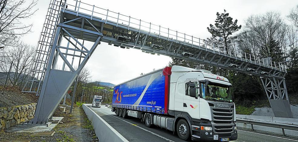 Los arcos de la N-1 empiezan a cobrar a un ritmo de hasta 33 camiones por minuto