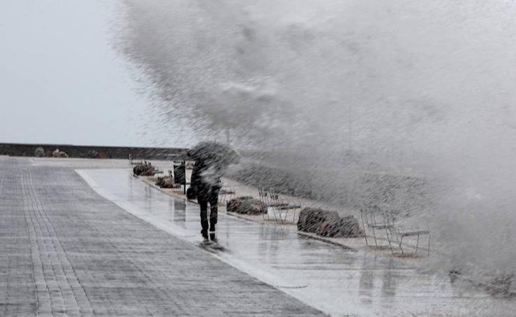 Lluvia y olas en Donostia