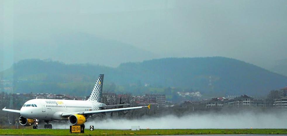Los aviones de 144 pasajeros vuelven a Hondarribia tras el ranurado de la pista