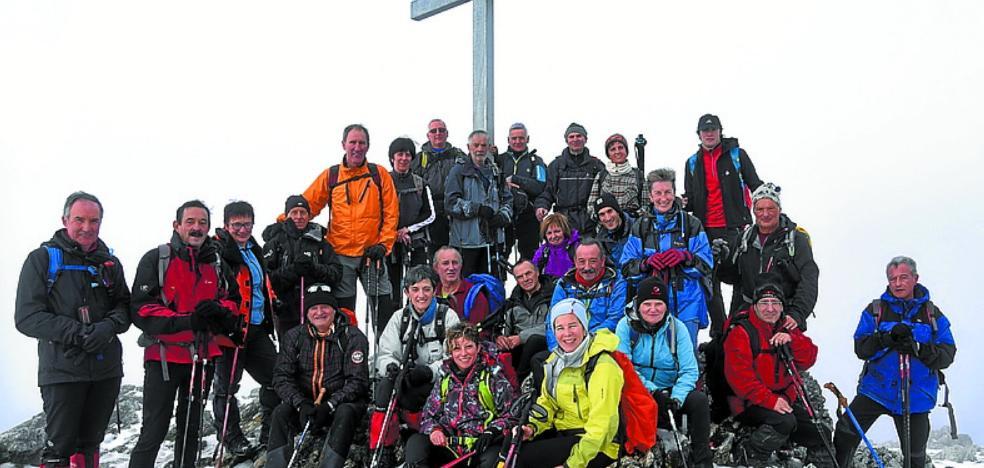 El Aloña organizará once salidas montañeras este año
