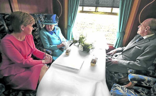 Con las enaguas de Isabel II no se juega
