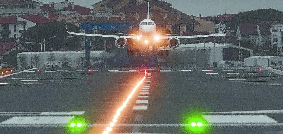 El avión del Barcelona 'estrena' la nueva pista