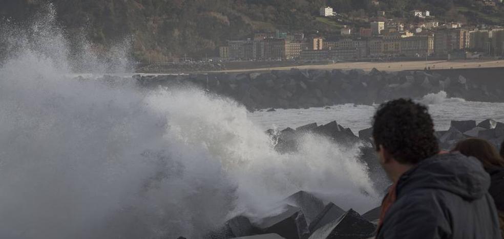 Vuelve a Gipuzkoa la alerta naranja por olas de hasta seis metros