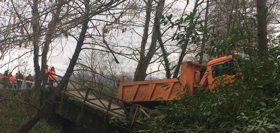 El puente desplomado en Oiartzun sufre un tráfico inusual de camiones en las últimas semanas