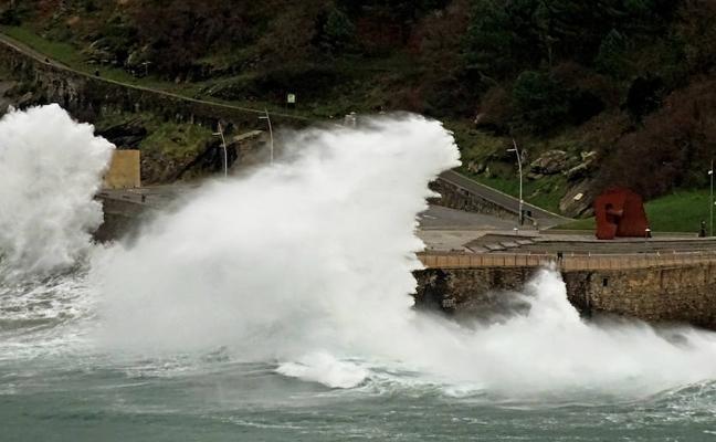Las alertas por olas obliga a cerrar esta tarde el Paseo Nuevo para vehículos