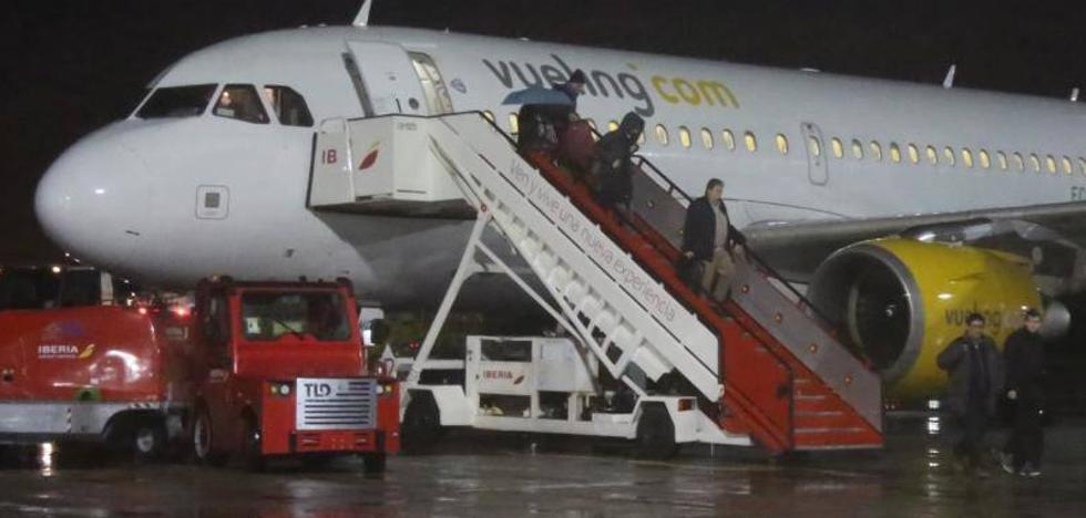 Aterriza en Hondarribia el primer Airbus 319 de Vueling tras el ranurado de la pista