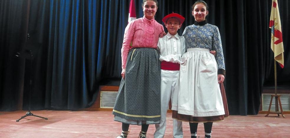 Las txapelas de Neskatxena y Aurresku se fueron a Zizurkil y Alegia