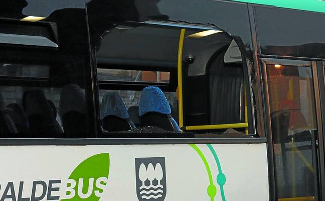 Heridas dos jóvenes al romper una gran ola el cristal de un autobús entre Zarautz y Getaria