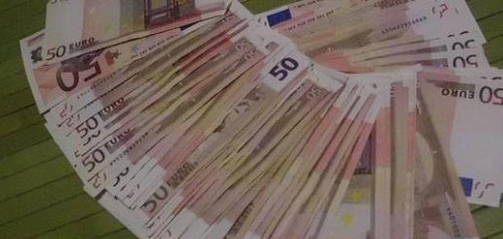 Le devuelven los 2.800 euros que encontró y entregó a la Policía