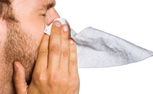 Un hombre se rompe la garganta al taparse el estornudo