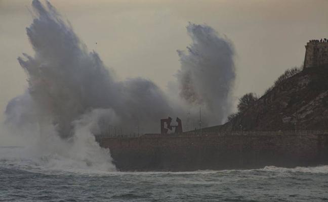 Olas de 10 metros castigan la costa y dejan las primeras multas por imprudencia
