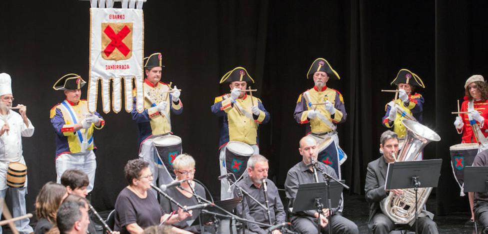 El Coliseo de Eibar siguió el ritmo de tambores y barriles