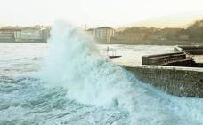 Fallece una mujer de 90 años al precipitarse al mar desde el puerto de Zarautz