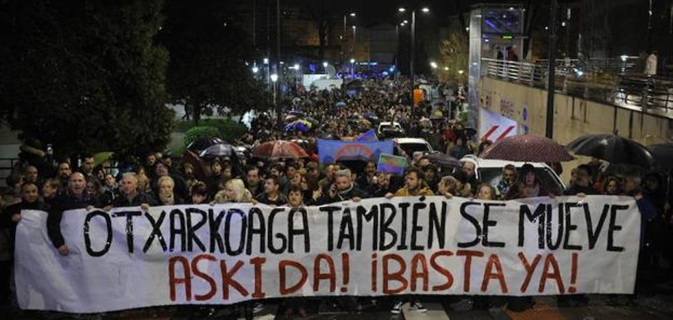 Los vecinos de Otxarkoaga censuran la falta de control institucional de los acusados del crimen