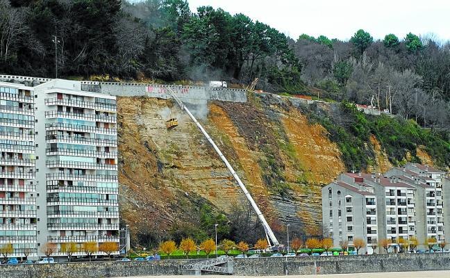 Las obras de reparación de la carretera del faro llegan a su ecuador
