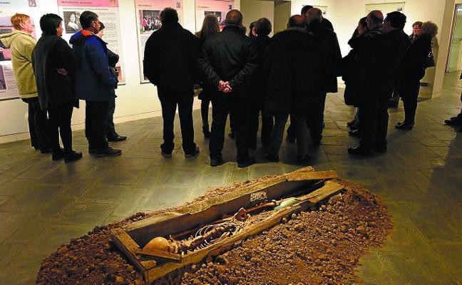 Cita con la memoria histórica en la muestra 'Que aflore lo enterrado'