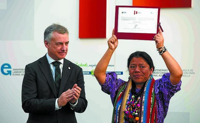 Urkullu entrega el premio Ellacuría a la líder guatemalteca Lolita Chávez