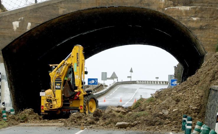 Un desprendimiento de tierra obliga a cortar la carretera entre Zumaia y Getaria