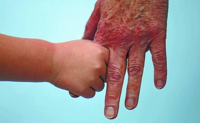 Uno de cada cinco abuelos guipuzcoanos cuida casi seis horas diarias de sus nietos