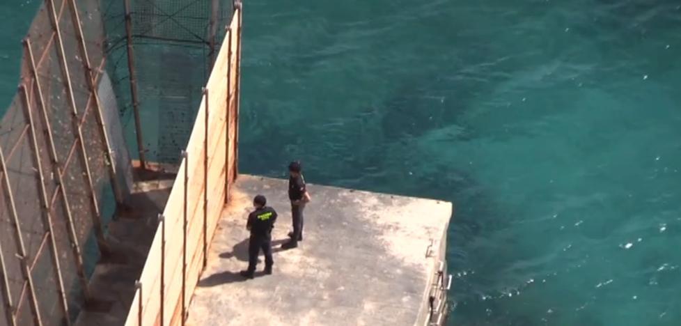 Hallan una veintena de cadáveres de subsaharianos flotando a unas 4 millas de Melilla