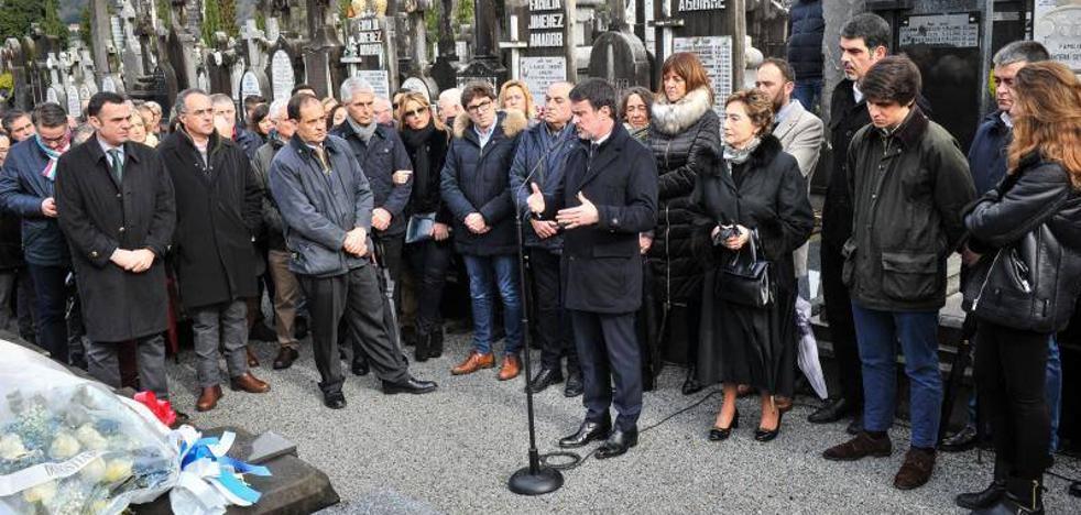 Manuel Valls y Adolfo Suárez Illana, en la ofrenda floral ante la tumba de Fernando Múgica