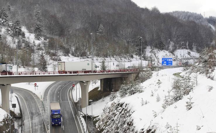 La nieve cubre Etzegarate y Deskarga