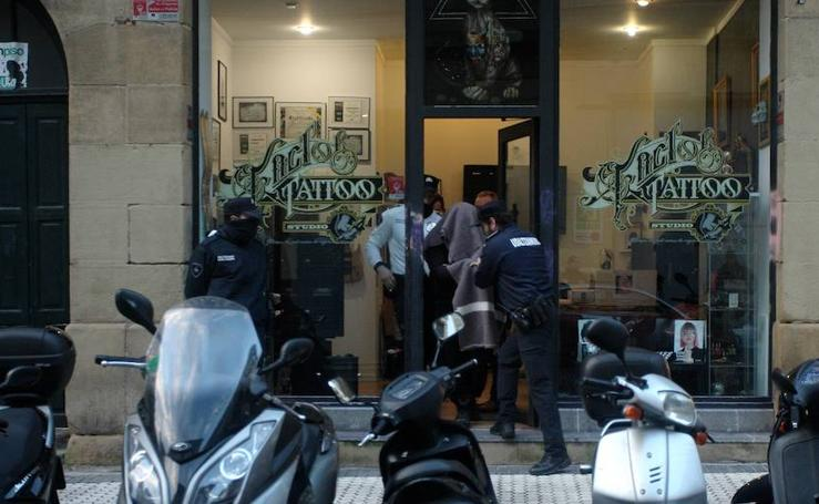 Registro del local del tatuador acusado de abusos sexuales