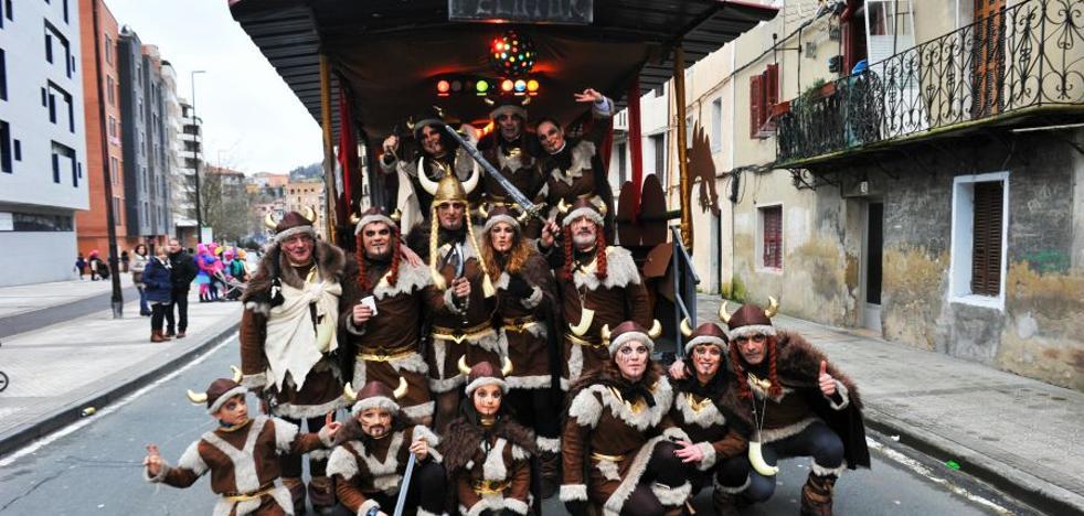 Comparsas y disfraces toman las calles de Andoain