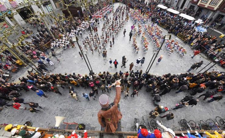 La Tamborrada infantil de Carnaval desfila por Tolosa